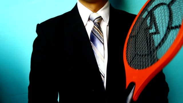 ビジネスマンハンドに蚊 ハエたたき - ハエ点の映像素材/bロール