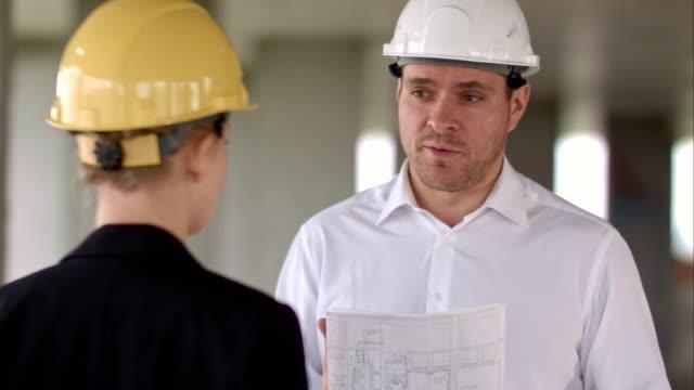 Zakenman hebben probleem en boos op bouw site gebouw video