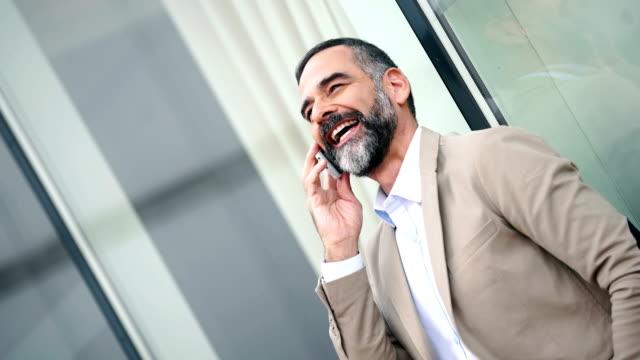 affärsman med ett personligt samtal - kostym sida bildbanksvideor och videomaterial från bakom kulisserna