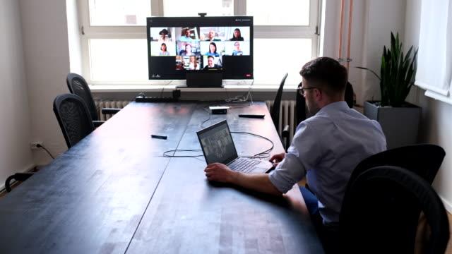 stockvideo's en b-roll-footage met zakenman die online briefing met team heeft - corona scherm