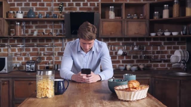 vídeos de stock, filmes e b-roll de celular do empresário exploração em casa. - solteiros jovens