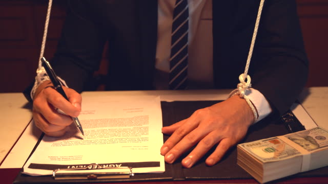vídeos de stock, filmes e b-roll de manipulação: homem de negócios em uma camisa que manipula. mão que manipula o fantoche do homem de negócios. conceito da corrupção. - domínio