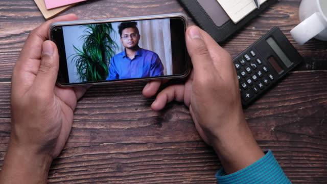 스마트 폰 화면에 화상 회의 디스플레이에서 사업가 - 한 명의 중년 남자만 스톡 비디오 및 b-롤 화면