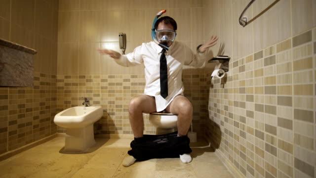stockvideo's en b-roll-footage met zakenman in duikbril in het toilet - cell phone toilet