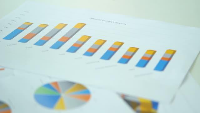 hd: бизнесмен анализирует бизнес-данных - продвижение трудовые отношения стоковые видео и кадры b-roll