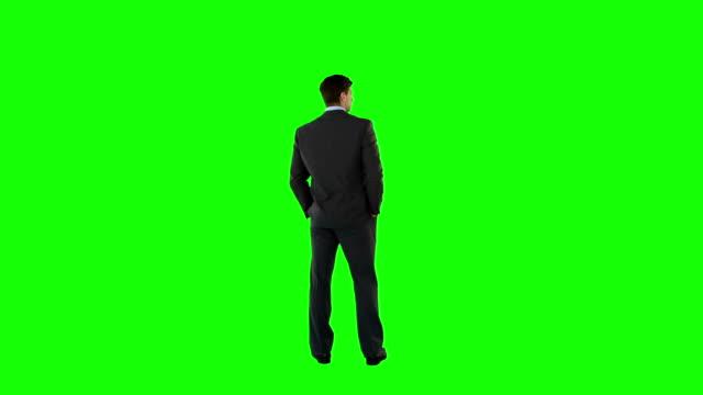 vídeos de stock e filmes b-roll de empresário batem à porta e em espera - door knock