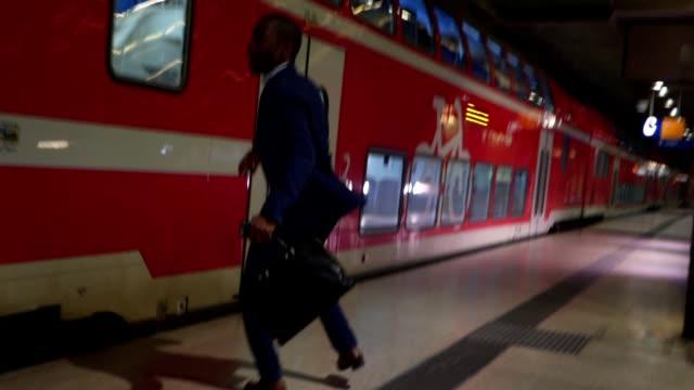 businessman late for the train - niedoskonałość filmów i materiałów b-roll