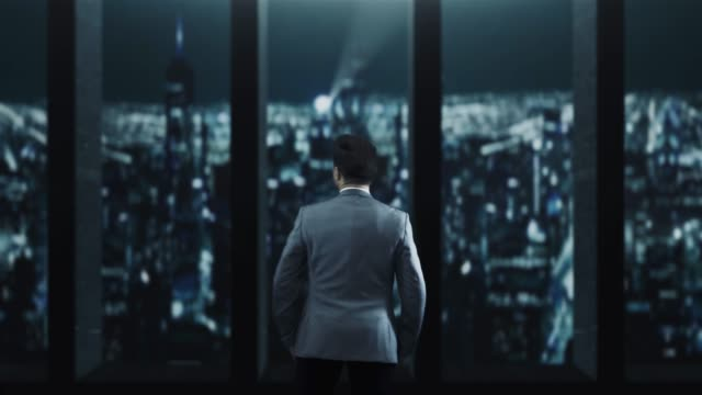 夜の街を見て孤独な実業家 - 屋根点の映像素材/bロール