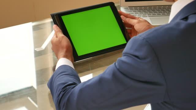 での実業家グリーンスクリーンタブレット digitial - 緑 ビル点の映像素材/bロール