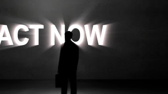 Geschäftsmann mit dem text riesigen Handeln Sie jetzt – Video