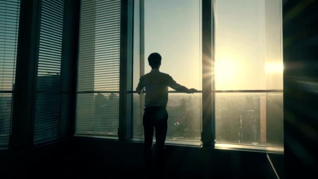 stockvideo's en b-roll-footage met zakenman kijken uit het raam - oost azië