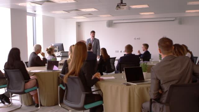 vídeos de stock e filmes b-roll de businessman making presentation at conference shot on r3d - orador público