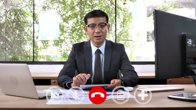 businessman manager verbunden online-video-chat im gespräch mit den mitarbeitern - generaldirektor oberes management stock-videos und b-roll-filmmaterial