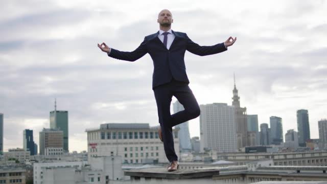 屋根の上の瞑想の実業家。 ビデオ