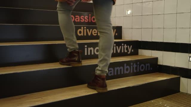 vídeos y material grabado en eventos de stock de empresario subiendo en pasos con texto en la oficina - deseo