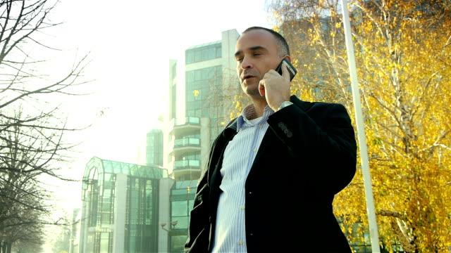 vidéos et rushes de homme d'affaires sur un téléphone portable - un seul homme d'âge mûr