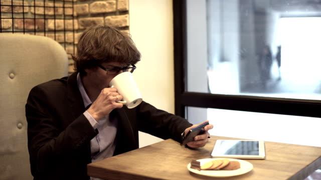 businessman on coffee break - coinvolgimento dei dipendenti video stock e b–roll