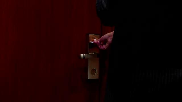 geschäftsmann mit kreditkarte, die tür-eintritt in das hotelzimmer - mann tür heimlich stock-videos und b-roll-filmmaterial