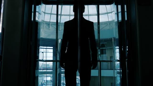 uomo d'affari di un ascensore panoramico - ascensore video stock e b–roll
