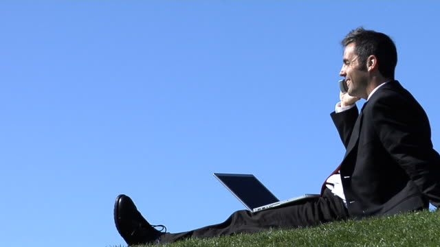 사업가 야외, 노트북 및 휴대폰 - 한 명의 중년 남자만 스톡 비디오 및 b-롤 화면