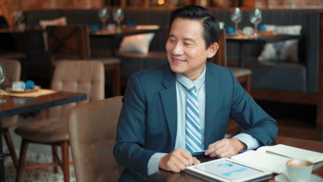 biznesmen płacący rachunek w restauracji - credit card filmów i materiałów b-roll