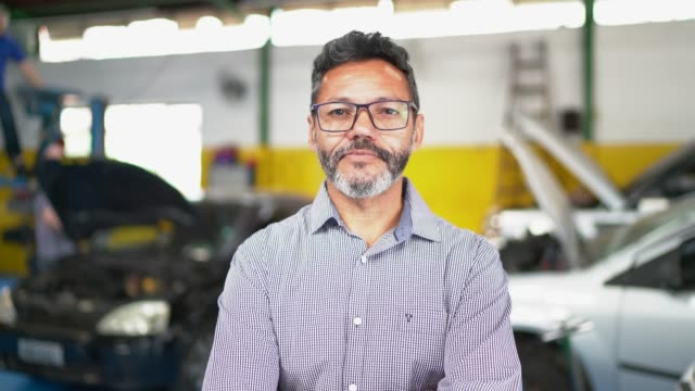 vídeos y material grabado en eventos de stock de retrato de empresario en taller de reparación de automóviles - encuadre cintura para arriba