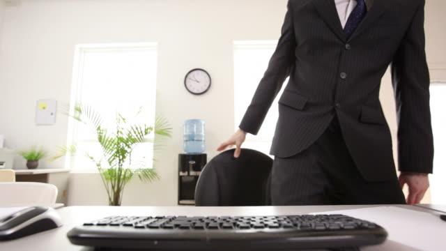 businessman prepares for work - ayarlamak stok videoları ve detay görüntü çekimi