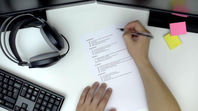 vorbereitung checkliste an schreibtisch geschäftsmann - feedback stock-videos und b-roll-filmmaterial