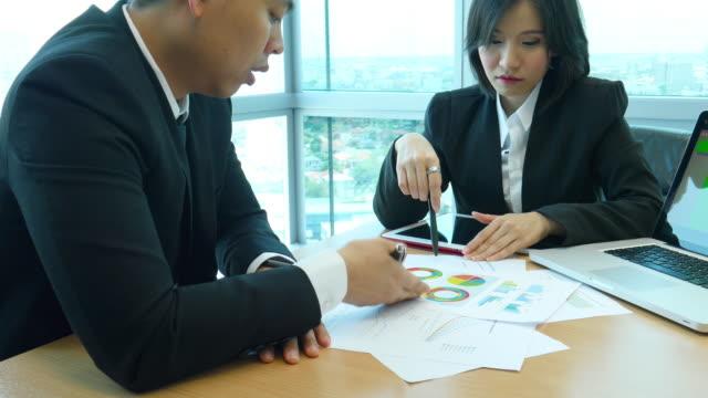 ビジネスマンのアルノリバービュールーム金融レポート - レポートのビデオ点の映像素材/bロール
