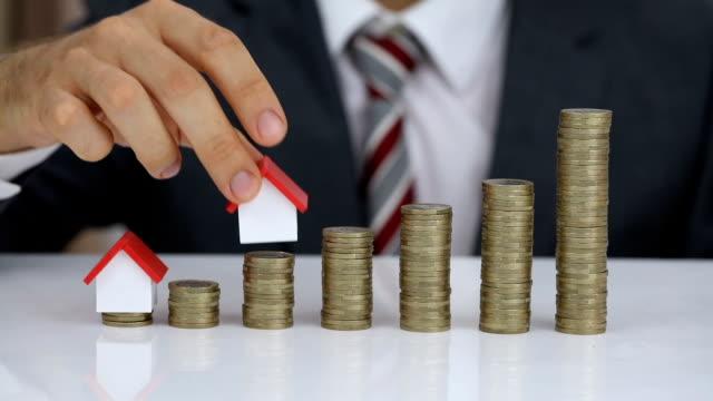Empresario de protección de la casa modelo y pila de monedas - vídeo
