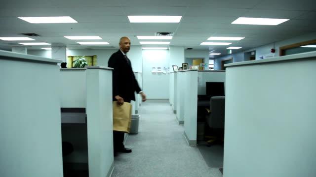 vídeos y material grabado en eventos de stock de hombre de negocios pone bolsa de papel sobre la cabeza - cube