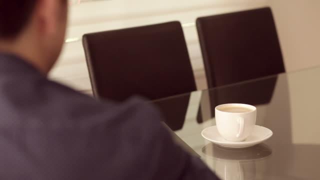 affärsman läsa tidningen och dricka kaffe - paper mass bildbanksvideor och videomaterial från bakom kulisserna