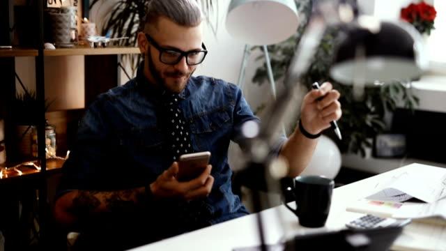Empresário, mensagem de texto de leitura e escrita para baixo algumas informações sobre papel - vídeo