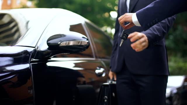 geschäftsmann, luxus mietwagen in reise, kauf von neuen autos, erfolg - teurer lebensstil stock-videos und b-roll-filmmaterial