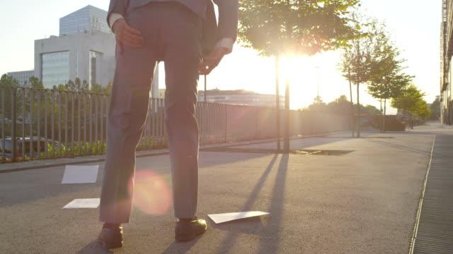 vidéos et rushes de ralenti: homme d'affaires déchirures son pantalon lorsqu'il récupère les documents - homme slip