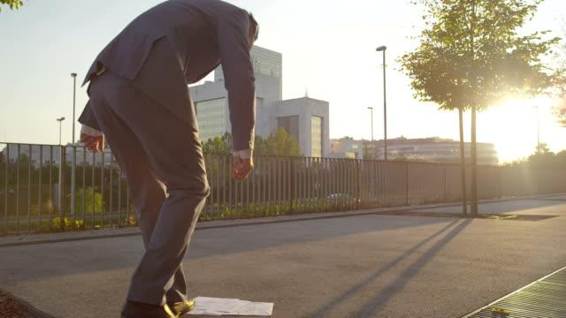 vidéos et rushes de gros plan: homme d'affaires des déchirures son pantalon pour cueillir les documents - homme slip