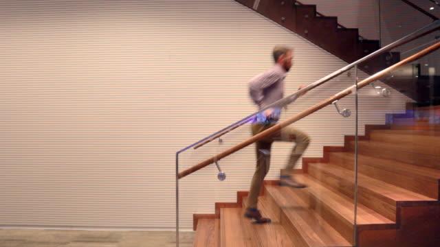 vídeos de stock e filmes b-roll de businessman running up stairs inside - stock video - important