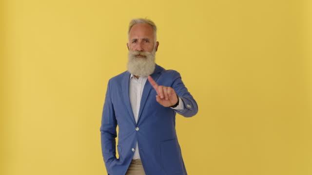 指を振ってノーと言う実業家 - 指点の映像素材/bロール