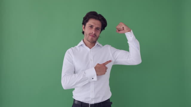 businessman showing his muscles - napinać mięśnie filmów i materiałów b-roll
