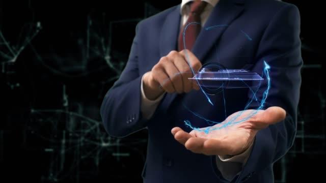 Homme d'affaires montre un bateau de croisière concept hologramme sur sa main - Vidéo
