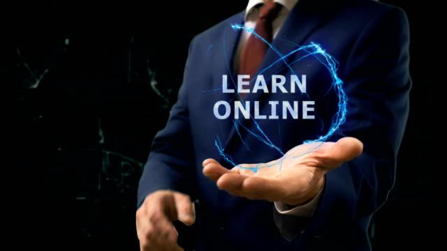 Empresário mostra holograma conceito Learn Online na mão - vídeo
