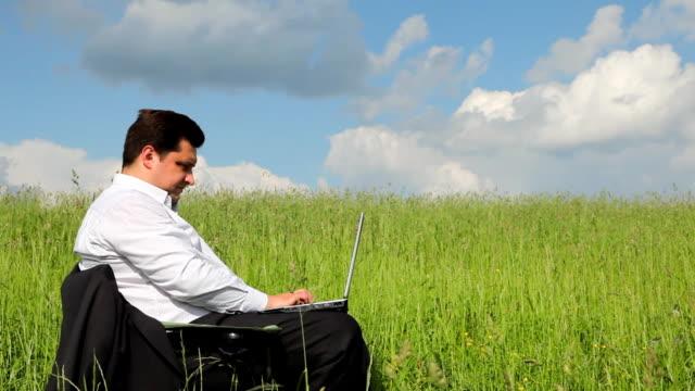 biznesmen siedzi na zewnątrz za pomocą laptopa - 30 39 lat filmów i materiałów b-roll