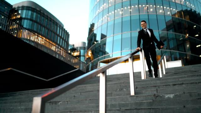 uomo d'affari diapositiva ferroviario - parapetto barriera video stock e b–roll