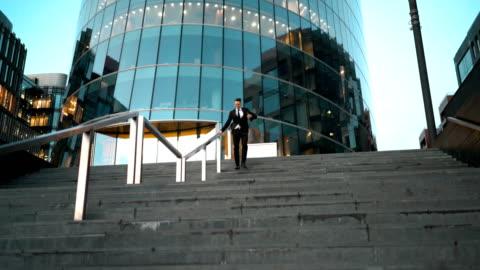 vidéos et rushes de homme d'affaires diapositive le rail - glisser