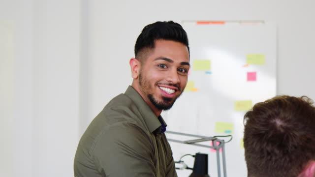 スタッフミーティングで笑顔のビジネスマン ビデオ