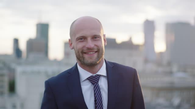 屋根の上の笑顔の実業家 - 男性 笑顔点の映像素材/bロール