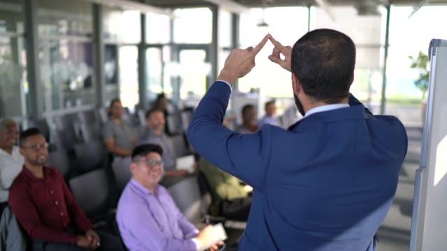 geschäftsmann spricht auf einer geschäftskonferenz - mit gesichtsmaske - zuschauerraum stock-videos und b-roll-filmmaterial
