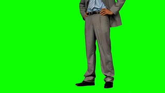 uomo d'affari in piedi con le mani sui fianchi - mani sui fianchi video stock e b–roll