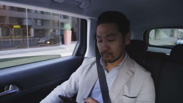 Hombre de negocios toma un taxi por la ciudad - vídeo
