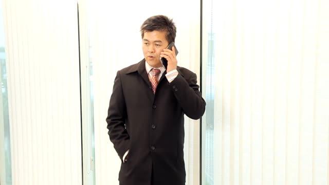 stockvideo's en b-roll-footage met businessman talking on a mobile phone - overhemd en stropdas